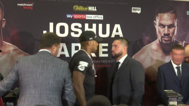 Anthony Joshua puts forward anticrime message T160118005 / PHOTOGRAPHY*** Anthony Joshua and Joseph Parker stand off / shaking hands