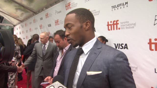 "vídeos de stock, filmes e b-roll de anthony mackie - ""black and white"" premiere - 2014 toronto international film festival at roy thomson hall on september 06, 2014 in toronto, canada. - festival de cinema de toronto"