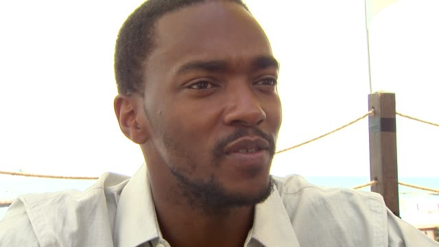 stockvideo's en b-roll-footage met anthony mackie on his admiration for the men and women that serve in the military at the 65th venice film festival 'the hurt locker' interviews at... - first line of defense filmtitel