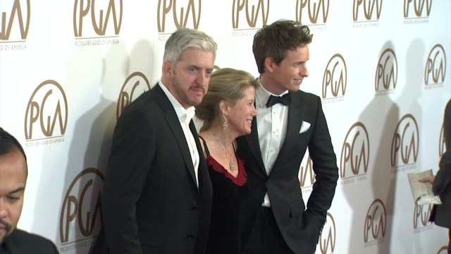 vidéos et rushes de anthony mccarten, lisa bruce, eddie redmayne at 26th annual producers guild awards in los angeles, ca 1/24/15 - producer's guild of america awards