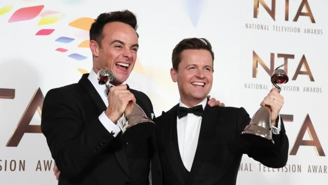 stockvideo's en b-roll-footage met anthony mcpartlin and declan donnelly pose in the winners room after winning the best tv presenters during the national television awards 2020 at the... - ant mcpartlin
