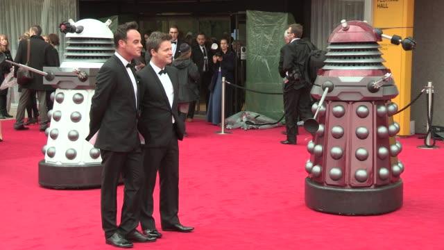 vídeos y material grabado en eventos de stock de anthony mcpartlin declan donnelly at bafta tv awards 2013 5/12/2013 in london uk - declan donnelly