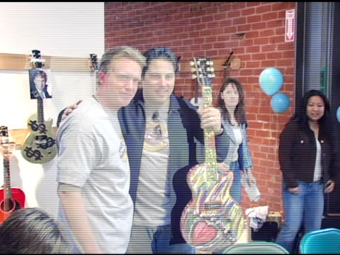 vídeos de stock, filmes e b-roll de anthony michael hall and greg grunberg at the gibson guitar 'paint for pep' charity event at gibson baldwin showroom in beverly hills california on... - anthony michael hall