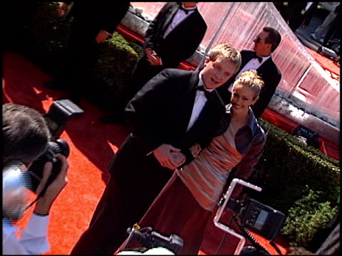vídeos de stock, filmes e b-roll de anthony michael hall at the 1999 emmy awards at the shrine auditorium in los angeles california on september 12 1999 - anthony michael hall