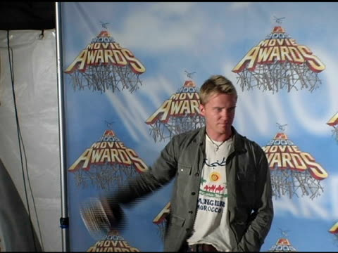 vídeos de stock, filmes e b-roll de anthony michael hall at the 2005 mtv movie awards press room at the shrine auditorium in los angeles california on june 5 2005 - anthony michael hall