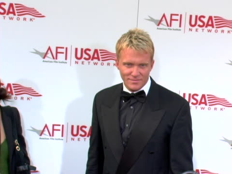 vídeos de stock, filmes e b-roll de anthony michael hall at the 33rd afi life achievement award a tribute to george lucas at kodak theatre in hollywood ca - anthony michael hall
