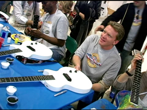 vídeos de stock, filmes e b-roll de anthony michael hall at the gibson guitar 'paint for pep' charity event at gibson baldwin showroom in beverly hills california on december 4 2004 - anthony michael hall