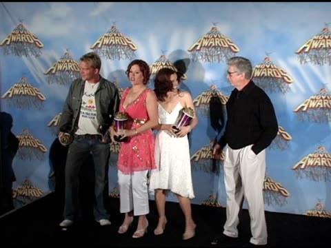 vídeos de stock, filmes e b-roll de anthony michael hall molly ringwald ally sheedy and paul gleason at the 2005 mtv movie awards press room at the shrine auditorium in los angeles... - anthony michael hall