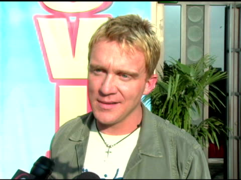 vídeos de stock, filmes e b-roll de anthony michael hall on the award 'the breakfast club' is getting and on how fast time has passed at the 2005 mtv movie awards arrivals at the shrine... - anthony michael hall