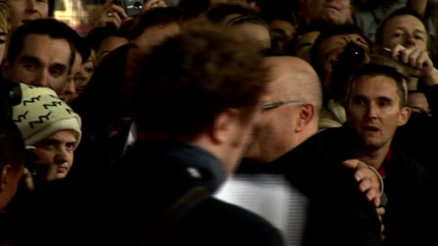 vidéos et rushes de anthony minghella dies; r27100606 london: leicester square: ext/night actor, jude law, posing for press with anthony minghella as arriving for... - anthony minghella