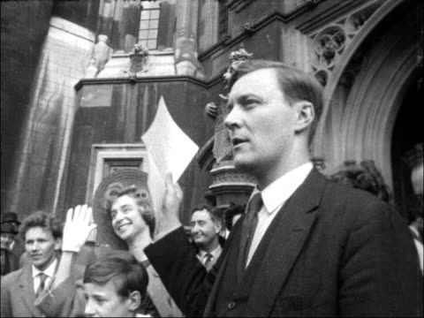 benn interviewed on campaign to take his seat in the house of commons england london westminster ext anthony wedgewoodbenn poses with family outside... - tony benn bildbanksvideor och videomaterial från bakom kulisserna