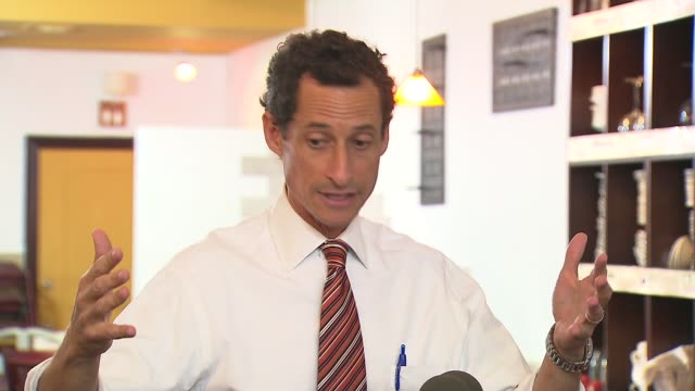 vídeos y material grabado en eventos de stock de anthony weiner admits to scandalous behavior with three women before and after his resignation anthony weiner on having the support of his wife on... - huma abedin