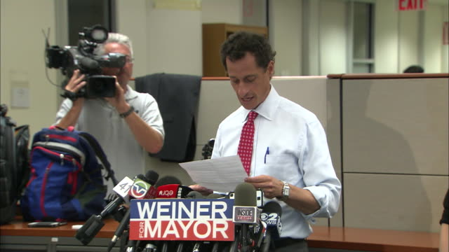 vídeos y material grabado en eventos de stock de anthony weiner apologizes for his behavior after more lewd activity surfaces during his 2013 campaign for mayor of new york city. - huma abedin