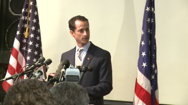 vídeos y material grabado en eventos de stock de anthony weiner is heckled as he announces his resignation from the us congress, new york's 9th district. wife huma abedin is not present. rep.... - huma abedin