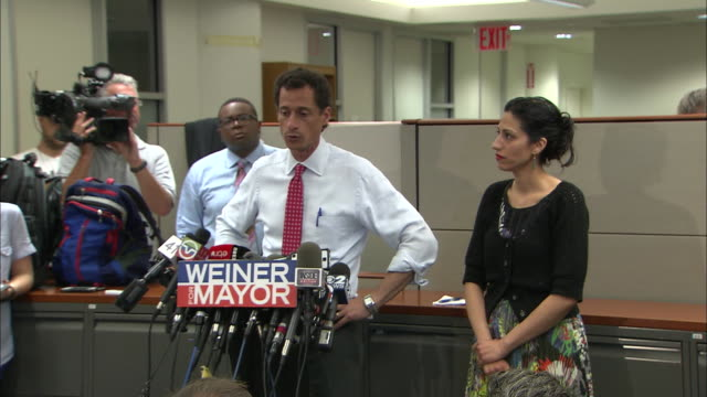 vídeos y material grabado en eventos de stock de anthony weiner reminds the press that he always said that more information would come to light, during a press conference held after more lewd... - huma abedin