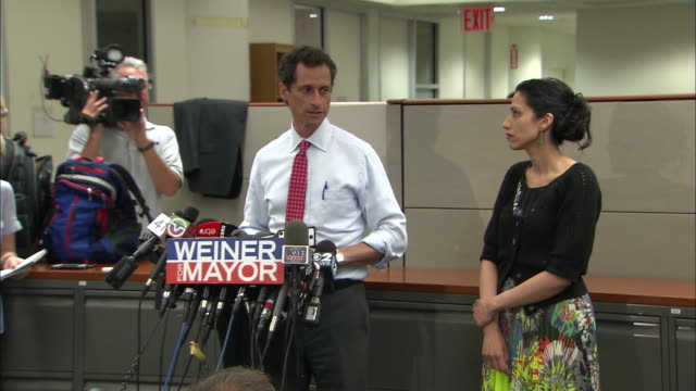vídeos y material grabado en eventos de stock de anthony weiner says he still wants to be mayor during a press conference that was called after more lewd behavior surfaces during his 2013 campaign... - huma abedin