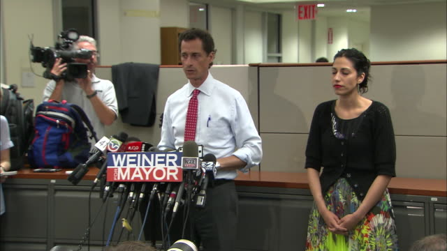 vídeos y material grabado en eventos de stock de anthony weiner says that his marriage is a more important timeline marker than his resignation, after more lewd behavior surfaces during his 2013... - huma abedin