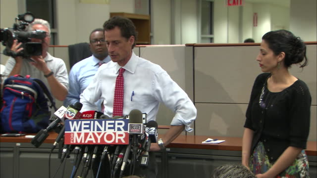 vídeos y material grabado en eventos de stock de anthony weiner says that his wife, huma abedin, knew all along about newly revealed information after more lewd behavior surfaces during his 2013 run... - huma abedin