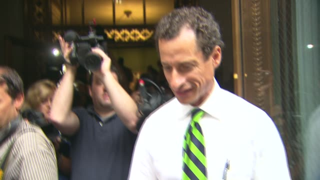 vídeos y material grabado en eventos de stock de anthony weiner shows up to vote on primary day with young son. anthony weiner and son walk out of voting location on september 10, 2013 in brooklyn,... - huma abedin