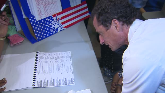 vídeos y material grabado en eventos de stock de anthony weiner shows up to vote on primary day with young son. anthony weiner gives voter signature on september 10, 2013 in brooklyn, new york - huma abedin