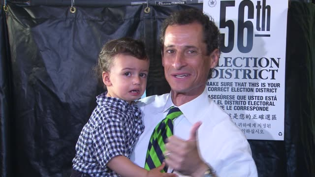 vídeos y material grabado en eventos de stock de anthony weiner shows up to vote on primary day with young son. anthony weiner exits voting booth with son on september 10, 2013 in brooklyn, new york - huma abedin