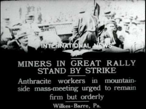 vidéos et rushes de anthracite miners in great rally strike mass crowds gathered for meeting speakers anthracite miners strike on june 01 1918 in wilkesbarre pennsylvania - mineur de charbon