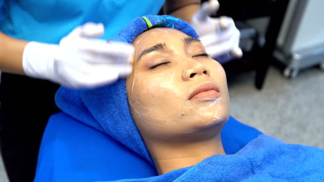 vídeos de stock, filmes e b-roll de antienvelhecimento facial tratamento com creme de massagem no rosto de mulher - anti higiênico