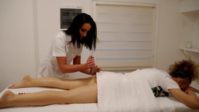 vidéos et rushes de massage anti cellulite pour la femme mûre dans le salon de beauté - masseur