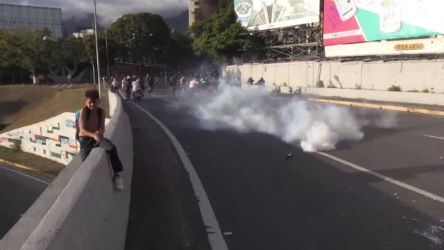 anti government protesters clash with venezuelan police as the head of venezuela's opposition led legislature juan guaido proclaimed himself acting... - conflittualità video stock e b–roll