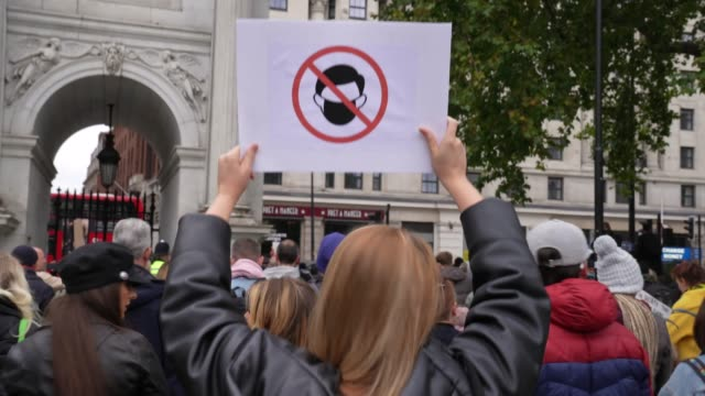 vídeos de stock e filmes b-roll de anti mask protest banner during standupx march for freedom protest on october 17, 2020 in london, england. they are calling for an end to coronavirus... - paranoia