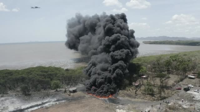 vídeos de stock e filmes b-roll de anti narcotics agents in panama burn nearly 10 tons of seized cocaine and marijuana bringing the total of drugs incinerated to 20 tons - droga recreativa