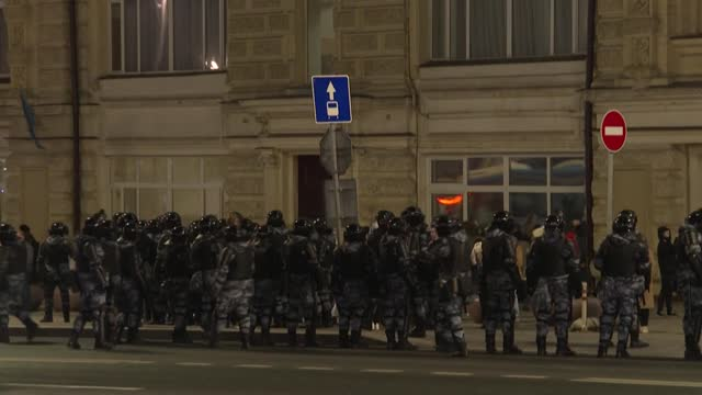 anti riot police blocks access in moscow's centre, as thousands of supporters of alexei navalny gather of moscow to protest his detention and back... - critic stock videos & royalty-free footage