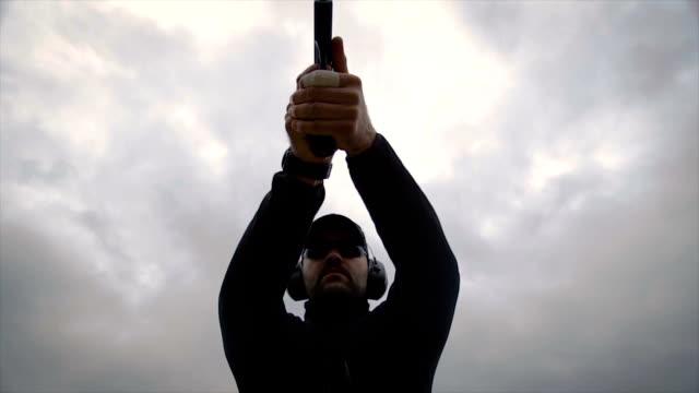 vídeos de stock, filmes e b-roll de antiterrorista, apontando uma arma para você - alvo militar