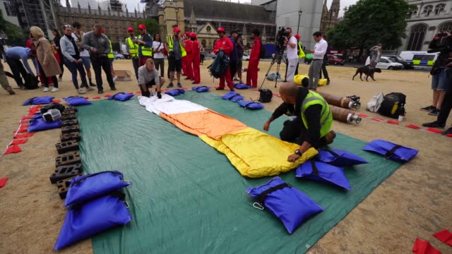 vidéos et rushes de anti trump protesters inflate a giant trump baby over parliament square during president trump's uk visit on july 13 2018 in london england - ming