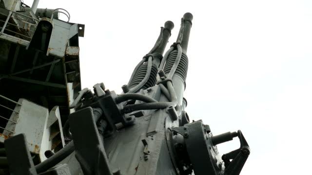 vídeos de stock, filmes e b-roll de canhão antiaéreo de velho navio militar - antiga união soviética