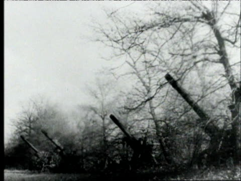 vídeos de stock e filmes b-roll de antiaircraft guns being fired explosions / tanks in field firing on enemy soldiers running through field nazi germany fighting the russians on... - 1942