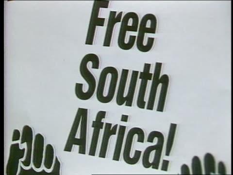 vidéos et rushes de antiapartheid rally in nyc - apartheid