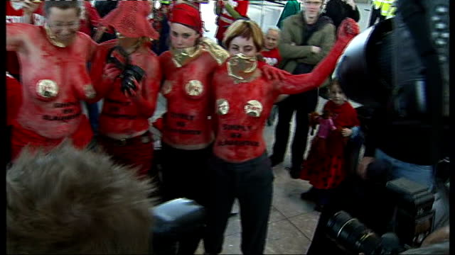 anti-aviation expansion groups protest against proposed 3rd runway at heathrow; england: london: heathrow airport: int * * beware flash photography *... - simply red点の映像素材/bロール