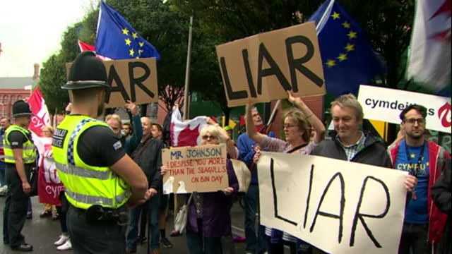 stockvideo's en b-roll-footage met anti-brexit protesters heckling boris johnson as he arrives in cardiff during his first visit to wales as prime minister - brexit