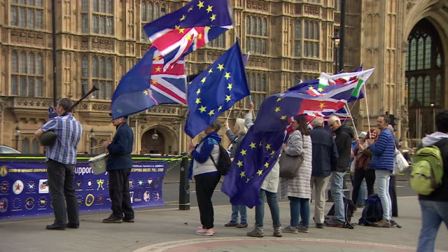 stockvideo's en b-roll-footage met anti-brexit protestors outside parliament - brexit