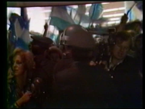 vídeos de stock e filmes b-roll de antibritish demonstration after air raid on port stanley and argentine foreign minister arrives for talks with president galtieri on falklands crisis... - ilhas malvinas