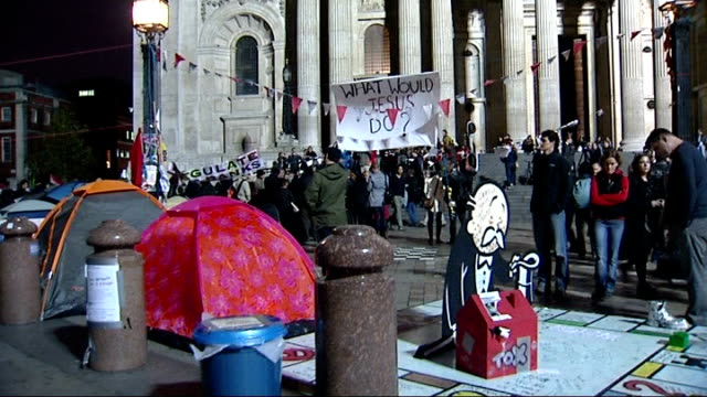 anticapitalist protest outside st paul's cathedral dean of st paul's resigns england london st paul's cathedral general view of occupy london stock... - börse von london stock-videos und b-roll-filmmaterial