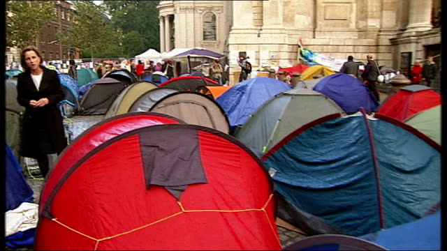 vídeos y material grabado en eventos de stock de anticapitalist protesters outside st paul's don't spend the night at the camp england london st paul's ext long shot of st paul's cathedral at far... - tienda de campaña