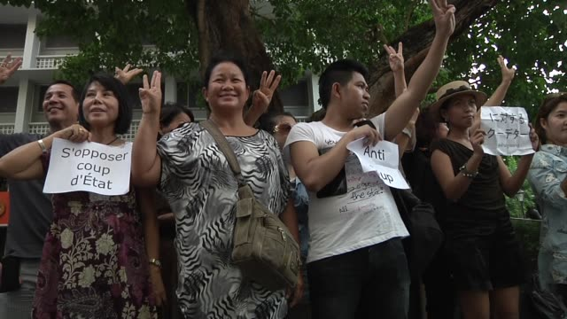 anticoup protesters chant and hold up signs in a flash mob protest at thamalsat university in bangkok thailand on june 1 2014 - flash mob stock videos and b-roll footage