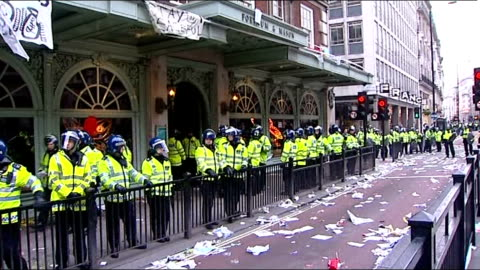 anti-cuts 'march for the alternative': hundreds of thousands take part; line of riot police outside fortnum & mason - 労働組合会議点の映像素材/bロール