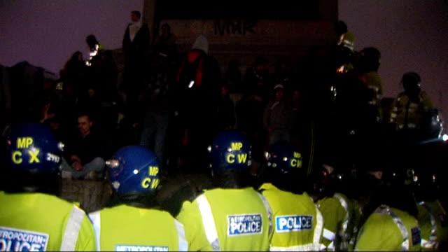 trafalgar square night scenes england london trafalgar square throughout** various shots of lines of riot police surrounding nelson's column where... - sockel stock-videos und b-roll-filmmaterial