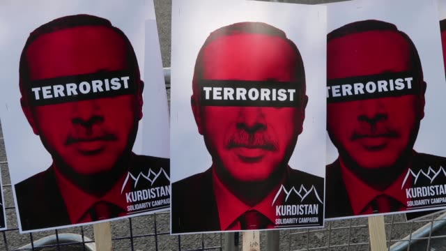 anti-erdogan demonstrators gather outside chatham house ahead of a visit by the turkish president recep tayyip erdogan on may 14, 2018 in london,... - isil konflikt stock-videos und b-roll-filmmaterial