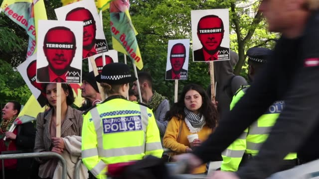 anti-erdogan protesters gather outside chatham house ahead of a visit by the turkish president recep tayyip erdogan on may 14, 2018 in london,... - isil konflikt stock-videos und b-roll-filmmaterial