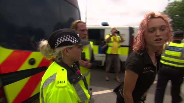 anti-fracking protesters at a drill site in lancashire - protesta anti fracking video stock e b–roll