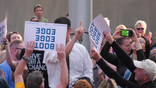 anti-gay protester interrupts u.s. presidential candidate pete buttigieg's rally in des moines, iowa, on 4/16/2019. - アイオワ州点の映像素材/bロール